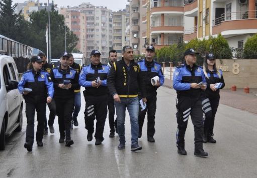 """Adanada polisler ev ziyaretleri yaparak """"telefonla dolandırıcılık"""" uyarısında bulundu"""
