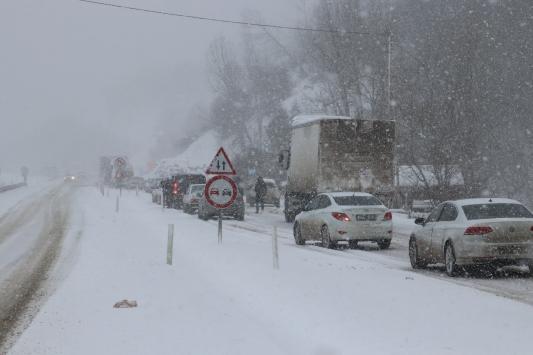 Kastamonuda kar yağışı ulaşımda aksamalara yol açtı