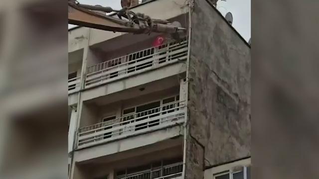 Emniyetten yıkım öncesi Türk bayrağı hassasiyeti