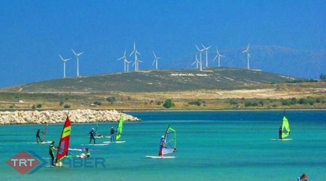 """Adrenalin tutkunları, rüzgar sörfü için """"Alaçatı"""" diyor"""