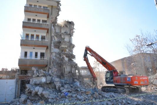 Malatyada depremde ağır hasar gören bina kontrollü şekilde yıkılıyor