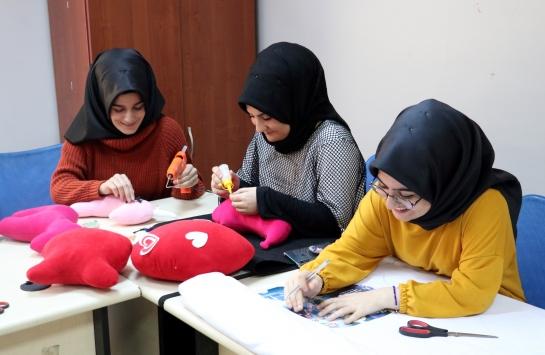 Gönüllü gençler depremzede çocuklar için oyuncak hazırlıyor