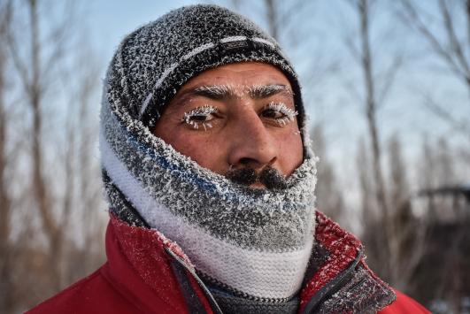 Karsta kaşı, kirpikleri, bıyığı buz tutan vatandaş soğuk hava çilesine mani koştu