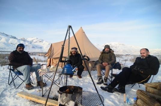 Tuncelide doğaseverler 1,5 metrelik karda kamp yaptı