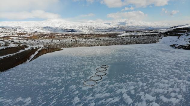 Erzincandaki Göyne Sulama Barajı buzla kaplandı