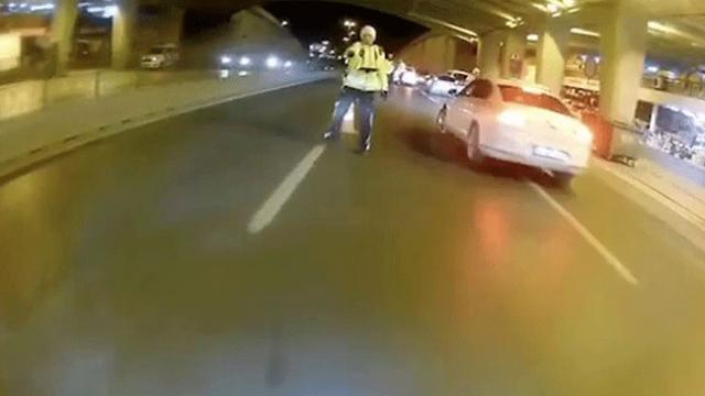 'Dur' ihtarına uymadı, motosikletini polislerin üzerine sürdü