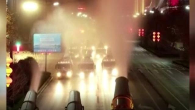 Çin'de sokaklar kamyonlarla dezenfekte ediliyor
