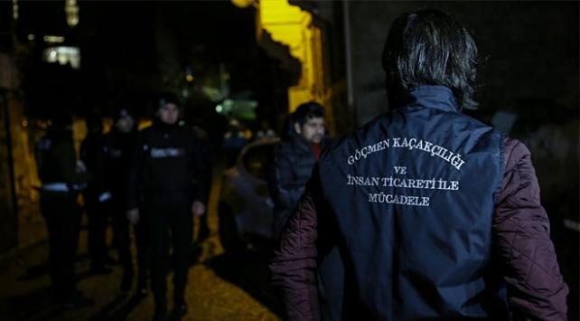 İstanbulda 4 adrese operasyon: 135 düzensiz göçmen yakalandı