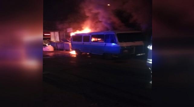 Esenlerde park halindeki iki minibüs yandı