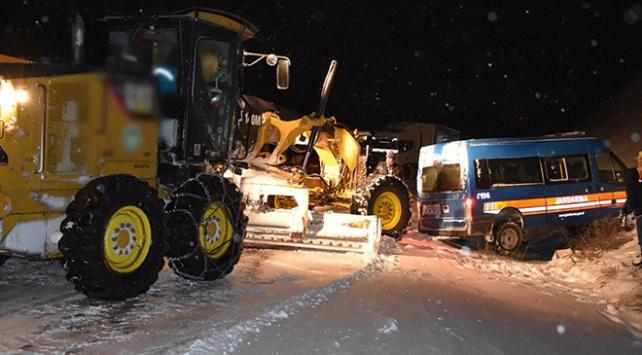 Yoğun kar yağışı bazı bölgelerde ulaşımı aksattı