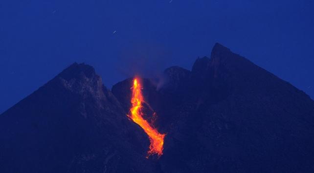 Merapi Yanardağında patlama: Kül ve duman 2 bin metre yükseldi