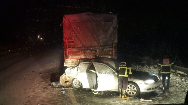 Şanlıurfada otomobilin tırla çarpışması sonucu 3 kişi öldü