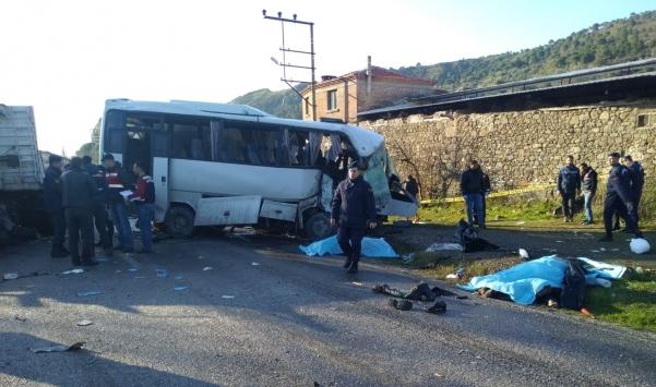 İzmirde kamyonla servis minibüsünün çarpışması sonucu 4 kişi öldü