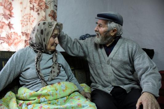 """Mustafa dede ile alzaymır hastası eşinin aşkı """"dillere destan"""" oldu"""