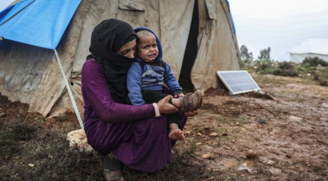 İdlibde rejimin saldırılarından kaçan siviller, ısınmak için elbiselerini yakıyor