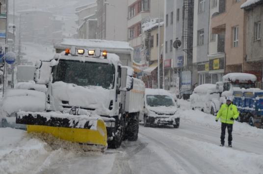 Bünyanda yoğun kar yağışı yaşamı olumsuz etkiledi