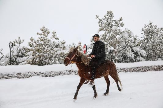 Kar nedeniyle yollar kapanınca muayene olmaya atıyla gitti