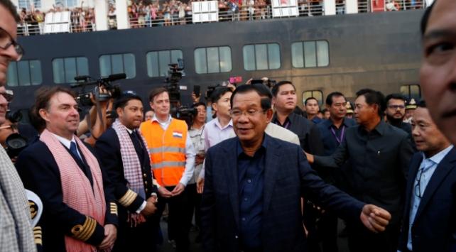 Kamboçyaya demirleyen geminin yolcularını Başbakan Sen karşıladı
