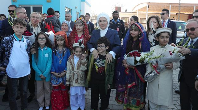 Emine Erdoğan, Pakistanda Maarif Okulunu ziyaret etti