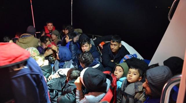 Dikilide lastik botta 52 düzensiz göçmen yakalandı