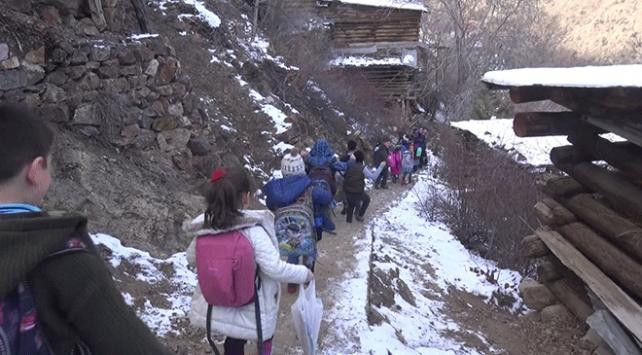 Okullarına ulaşmak için her gün 384 basamak çıkıyorlar