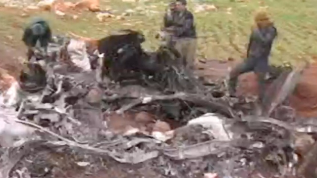İdlib'de düşürülen rejim helikopterinin enkazı görüntülendi