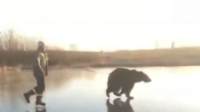 Barınaktan aldığı ayıyla donmuş nehirde buz pateni yaptı