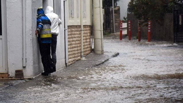 Bodrum'da sağanak: İş yerlerini ve evleri su bastı