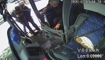 Durakta bekleyen engelliyi kucağına alarak otobüse bindirdi