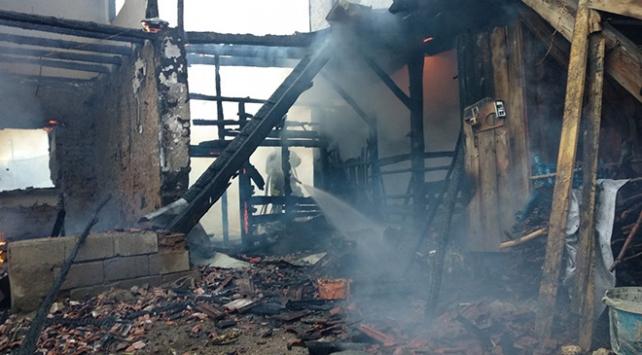 Denizlide yangın: İki katlı ahşap ev kül oldu