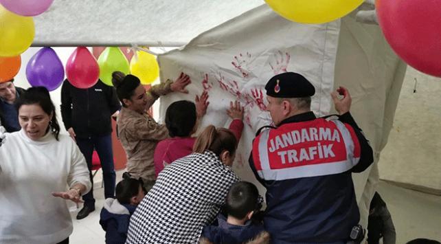 Elazığlı depremzede çocukların yüzü jandarmanın psikososyal desteğiyle gülüyor