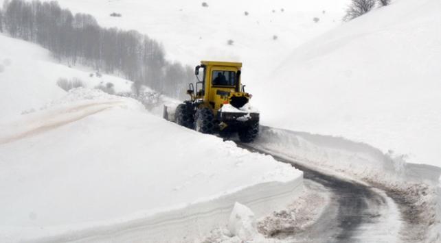 Doğuda kar yolları kapattı