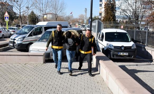 Aksarayda iki kişiyi bıçakla yaraladığı iddia edilen şüpheli tutuklandı