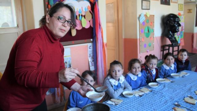 Köy okulunda yürekleri ısıtan sınıf öğretmeni