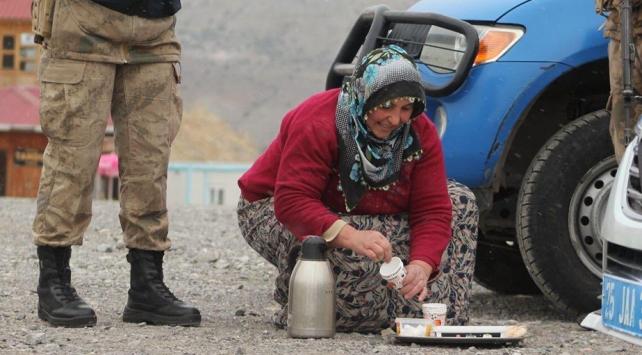 Evinden taşıdığı çayla Jandarma personelinin yüreğini ısıttı