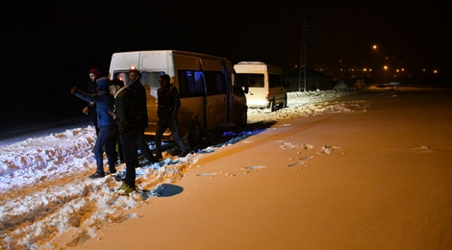 Ağrıda tipi nedeniyle yolda mahsur kalan 40 kişi kurtarıldı