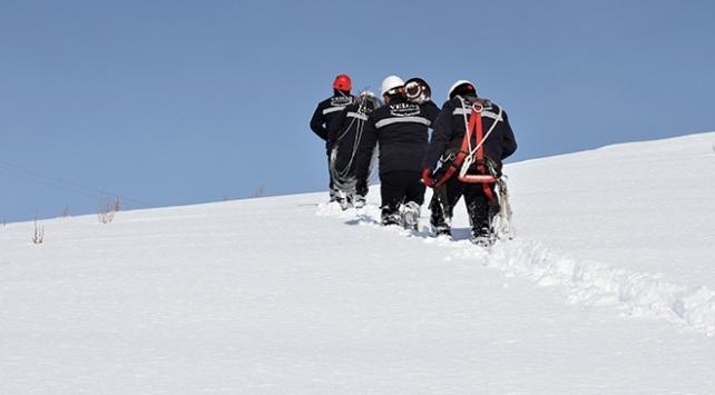 Kesintisiz enerji için karlı tepelere tırmanıp arızaları gideriyorlar