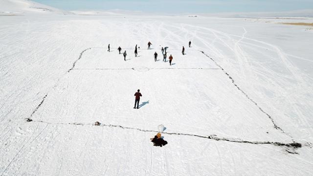 Buz tutan Çıldır Gölü'nde futbol keyfi yaptılar