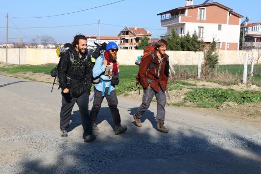 Fransız 3 genç yürüyerek Mekke, Kudüs ve İstanbula gidiyor