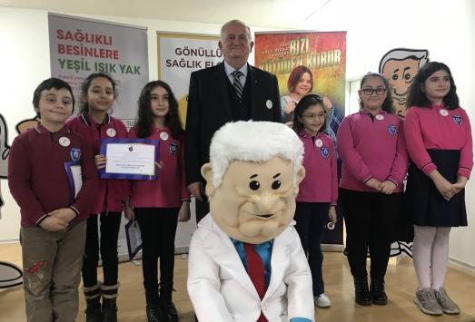 Türk Böbrek Vakfının Gönüllü Sağlık Elçileri rozetlerini aldı