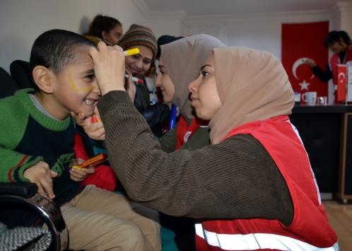 Amasyada Genç Kızılay gönüllüleri yabancı uyruklu çocuklara oyuncak verdi