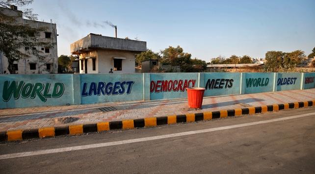 Hindistan Trumpın ziyareti öncesi gecekonduların önüne duvar ördü