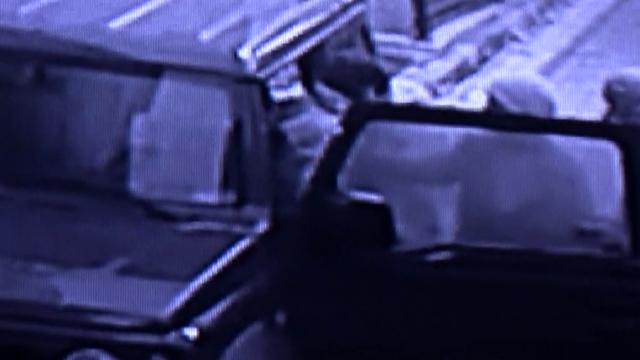 Aracını açınca hırsızı gördü, kapıyı kilitleyip yardım istedi