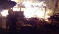 Sinop'ta iki katlı ahşap ev kül oldu