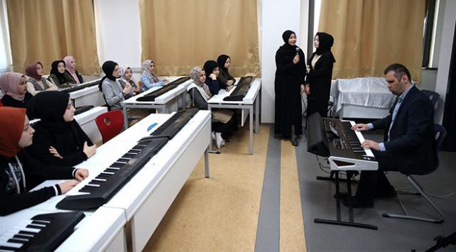 Görme engelli müzik öğretmeni öğrencilere notaları sevdirdi