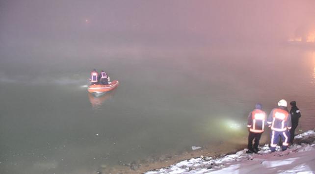 Malatyada gölete düşen otomobilden 3 kişi kurtarıldı