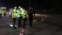 Uygulama yapan trafik polisi, otomobilin çarpması sonucu ağır yaralandı