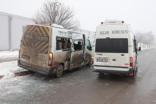 Sivasta işçi servis minibüsleri çarpıştı: 12 yaralı
