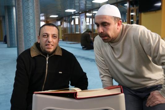 Siirtli görme engelli genç Kuran-ı Kerimi öğrenmek istiyor