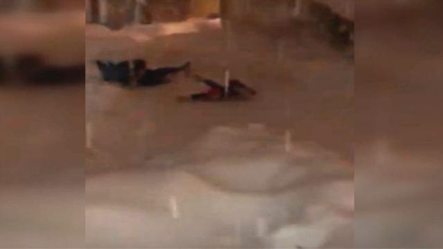Kar yığını altında kalmaktan son anda kurtuldular